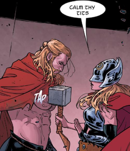 """Taka grafika krążyła swego czasu po sieci jako dowód na niby wojującofeministyczny ton komiksu. Spieszę wyjaśnić, że to tylko fotomontaż, w komiksie Thor mówi po prostu """"Calm yourself"""""""